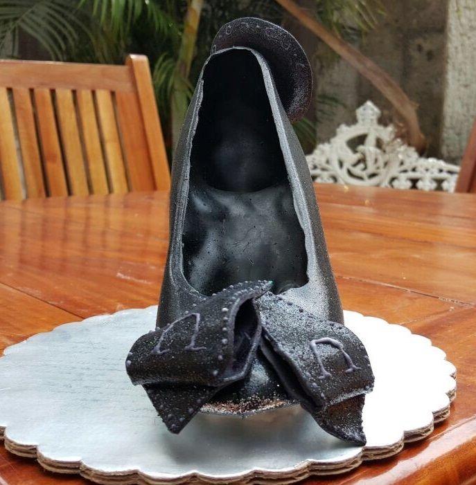 Zapatilla de Chocolate con decoración estilo Charro. www.lamansionrosa.com