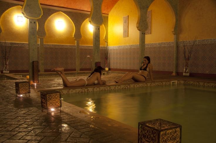 En Baños Árabes Medina Aljarafe van a poder descansar a todo lujo... 3 piscinas de temperaturas diferentes, un baño de vapor, un jacuzzi, taza de té, aromaterapia, musicoterapia y fototerapia... sin olvidar el masaje o el tratamiento corporal que eliges... eso es descansar a todo lujo!! visita nuestra página web www.medinaaljarafe.com y descubre nuestros pack especial pareja de Spa en Sevilla.