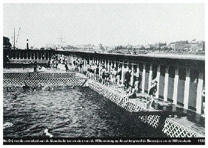 Het drijvende zwembad aan de Maaskade