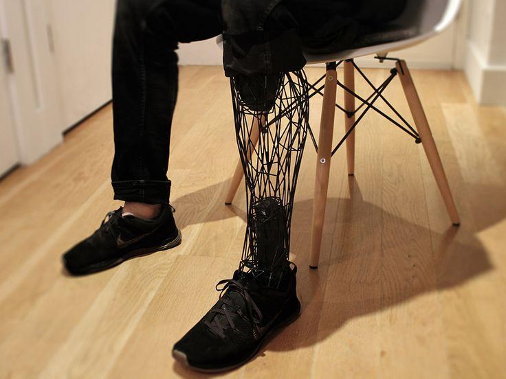 """義肢を扱うBespoke Innovation。低価格の3Dプリンターで義肢をつくっているe-Nable。 そこにウィリアム・ルーツが加わり、超軽量で""""ステルス様式""""の義足を3Dプリントするシステム「Exo」を開発。02_exo_0003_layer-3"""