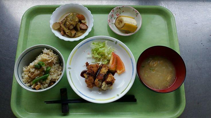 9月21日。鶏とゴボウの混ぜご飯、牛肉コロッケ、茄子とウインナーの生姜炒め、大根と揚げの味噌汁、バナナでした!鶏とゴボウの混ぜご飯が特に美味しかったです!681カロリーです