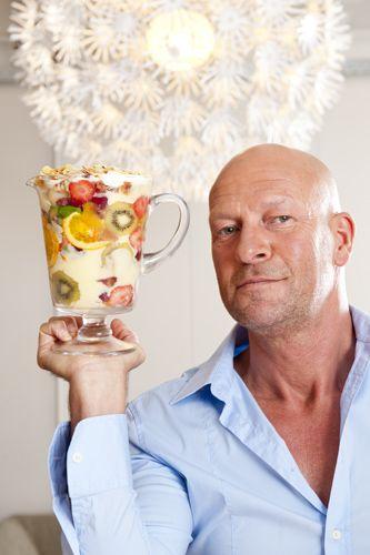 """Pak uw grootste kom, koop een berg room en fruit en kook samen met René Pluijm de 'Trifle'. René: """"Ik heb dit uitbundige Engels dessert ooit van mijn moeder geleerd. Dit is smullen hoor!"""" Recept uit: de Coop Keukentafelgids winter 2013-14."""