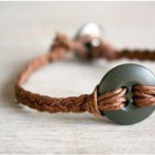 faire un bracelter tressé avec le fil de lin et un bouton