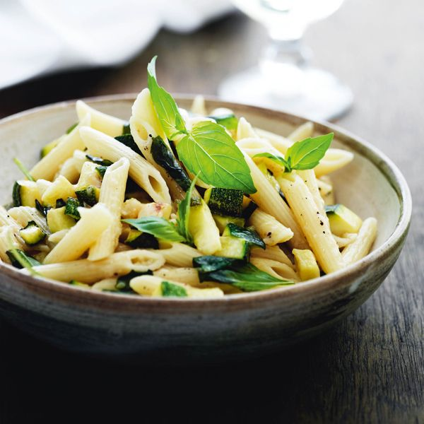 Penne med zucchini, parmesan og basilikum
