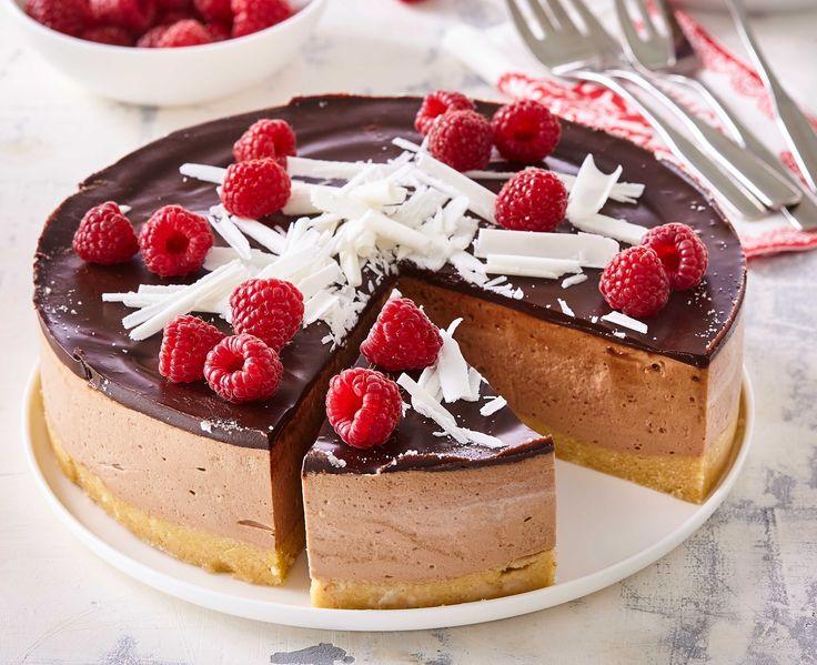 1. Sušenky rozdrtíme najemno a smícháme srozpuštěným máslem. Vypracujeme stejnorodou hmotu. Strany dortové formy (22 cm) vymažeme olejem a vysypeme cukrem. Dno formy vyložíme pečicím papírem. Hmotu natlačíme na dno a lžící . . .