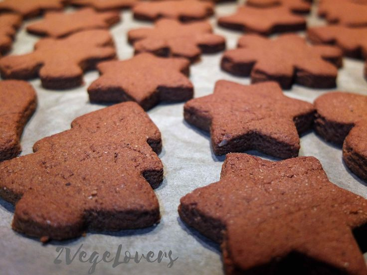 Vegan gluten and sugar free gingerbread cookies that make your house smell like Christmas. Simple recipe and ingredients.