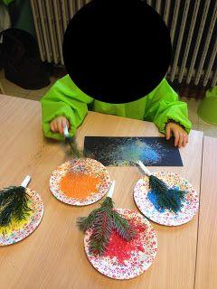 Nieuwjaarsbrief versieren met vuurwerk: met gekleurde dennentakken tikken op het blad.