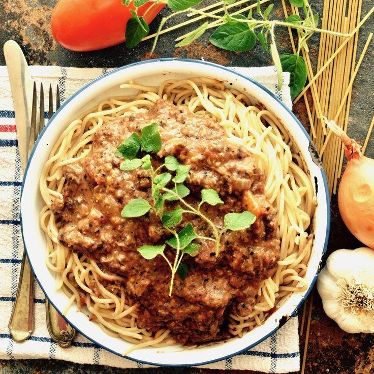 Spaghetti med bönfärssås! 🌱 En klassiker på veganskt vis. 😊 Receptet finns i meny 14.  www.allaater.se