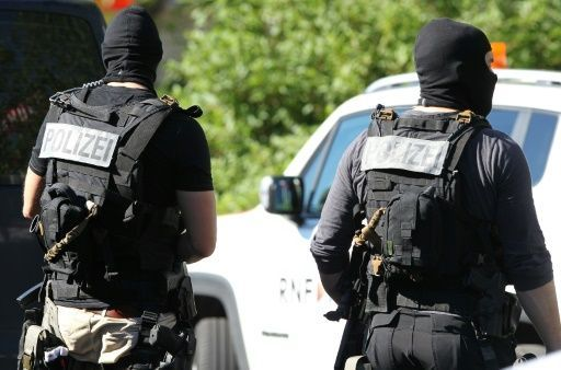 Im südhessischen Viernheim hat ein bewaffneter Mann ein Kino gestürmt und ist kurz darauf von Spezialkräften der Polizei erschossen worden. Die Mitarbeiter und Kinogäste, die von dem Mann offenbar festgehalten wurden, konnten das Kinocenter am Donnerstag laut Polizei unverletzt verlassen. Das Motiv des