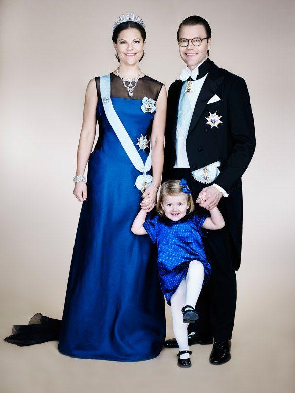 Nuevo retrato oficial de los Príncipes Herederos de Suecia. La Princesa Victoria, el Príncipe Daniel y la pequeña Princesa Estelle.