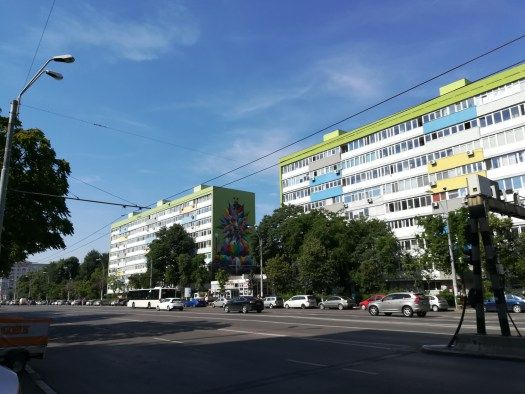 L'oeuvre d'Okudart vue de loin Boulevard Dimitrie Cantemir à Bucarest