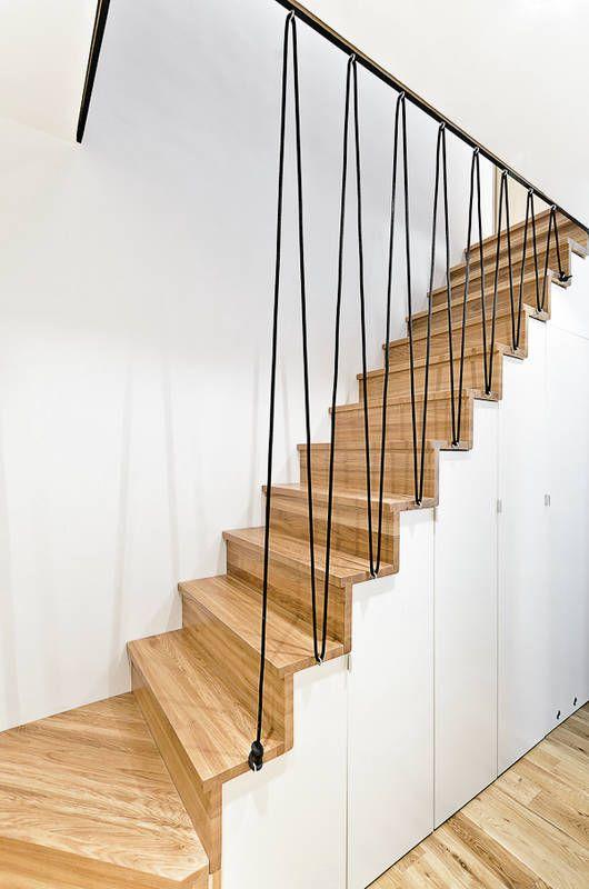 W tym mieszkaniu przy projektowaniu schodów na piętro zrezygnowano z klasycznych balustrad, zastępując je ciekawą konstrukcją z lin. Jest ona tyleż funkcjonalna, co dekoracyjna. Podkreśla nowoczesny charakter wnętrza.
