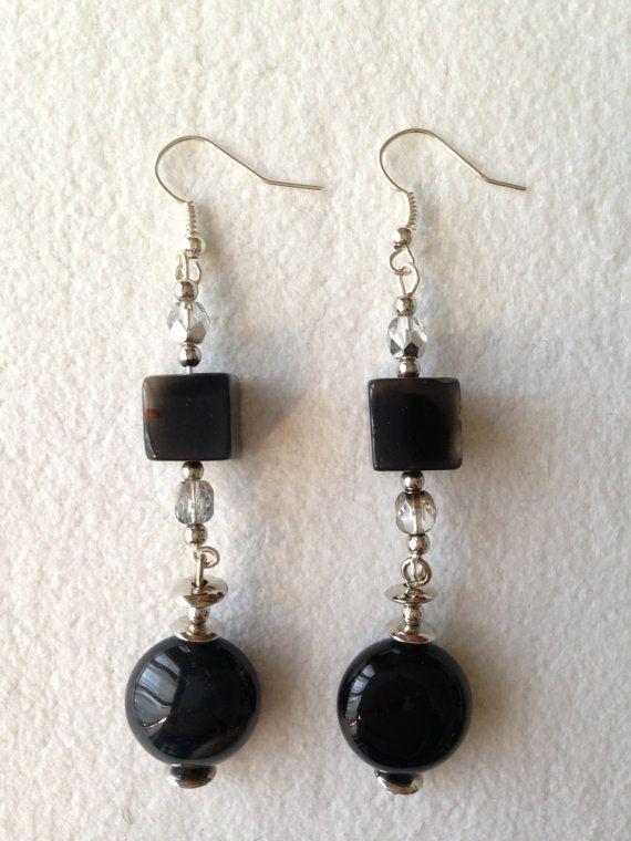 Orecchini pendenti con pietre dure nere e cristalli di BtheStrange