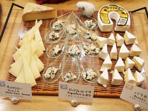 こんにちは。先日開催しましたチーズパーティーの様子をご報告いたします。今年はひつじ年ということで羊乳製チーズを中心に8種類のチーズをお出しいたしました。人気のラクレットも今回は特別に2種類ご用意。・オッソイラティ― フェルミエ(羊乳/ハード/アキテーヌ)・