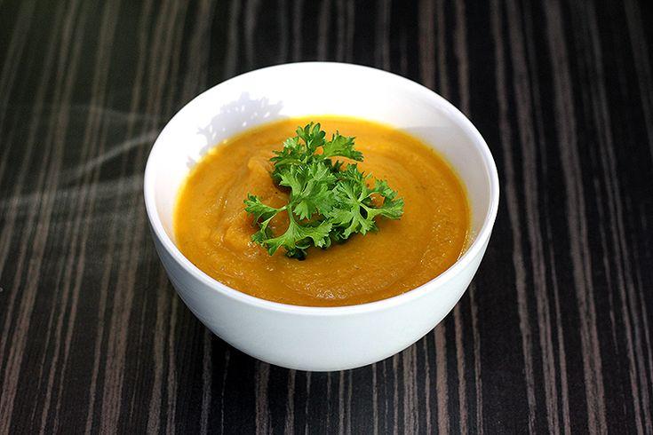 Ingrediënten: 2 kg wortelen 500 gram broccoli 3 uien 4,5 liter water boter peper zout 1 koffielepel Thai red curry (Jonnie Boer) Bereiding: Schil de wortelen en snijd ze in stukken. Snijd de brocco…