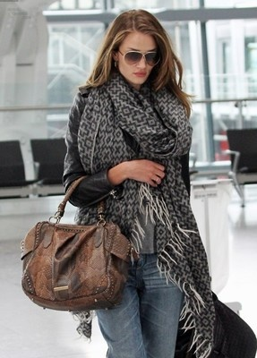 Love the scarfRosie Huntington Whiteley, Fur Coats, Fashion, Street Style, Big Scarves, Oversized Scarf, Travel Outfit, Big Scarf, Bags