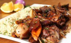 Acompanhada de cuscuz, carne é dourada na frigideira e levada ao forno