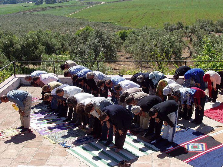 Musulmanes en Andalucía Cada vez es más habitual ver mujeres musulmanas con hiyab asistiendo a una procesión de Semana Santa o a los vecinos de muchos pueblos compartiendo la ruptura del ayuno de Ramadán en las jornadas de puertas abiertas de las mezquitas