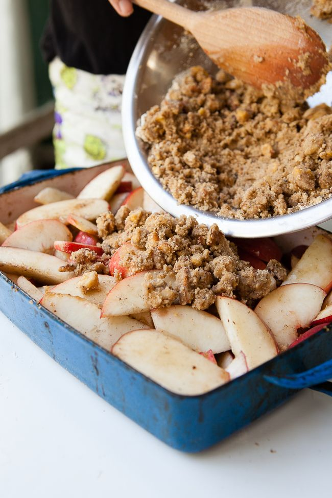 White Peach Crisp with Brown Butter Walnut Crumble / blog.jchongstudio.com
