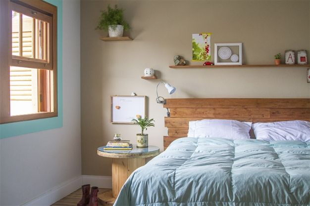 quarto 1 da Francine - Blog Lá de Casa: prateleirinhas miúdas, plantas, cabeceira de madeira...