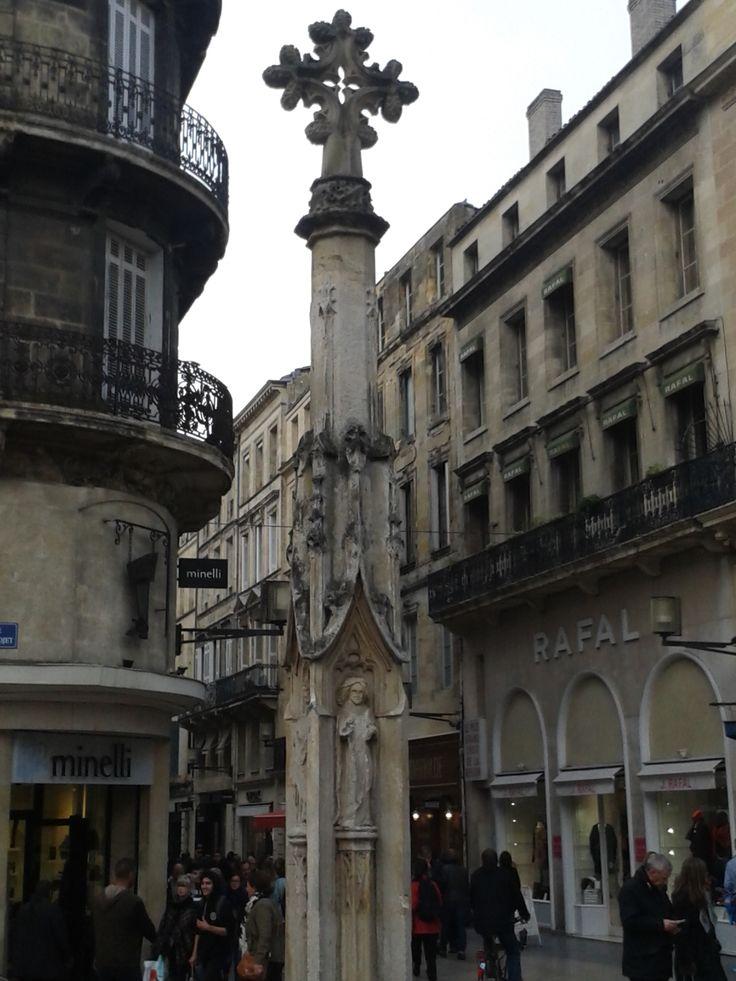 Visible place Saint Projet, la croix de Saint Projet date de la fin du XVème et provient de l'ancien cimetière paroissial autrefois situé près de l'église St Projet. C'est la plus ancienne croix de #Bordeaux elle faisait l'objet de vénération au moment de certaines fêtes religieuse. #BdxBikeTour #Bordeaux insolite # #Bordeauxhistoire