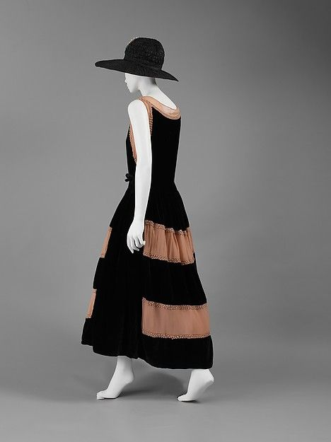 The robe de style was another alternative to the modern, tubular style. It featured a fitted bodice with billowing skirts down to just above the ankle. Lanvin was a key designer of this type of dress.