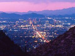 高台から見る夜景も綺麗。アリゾナ州フェニックスの名所。