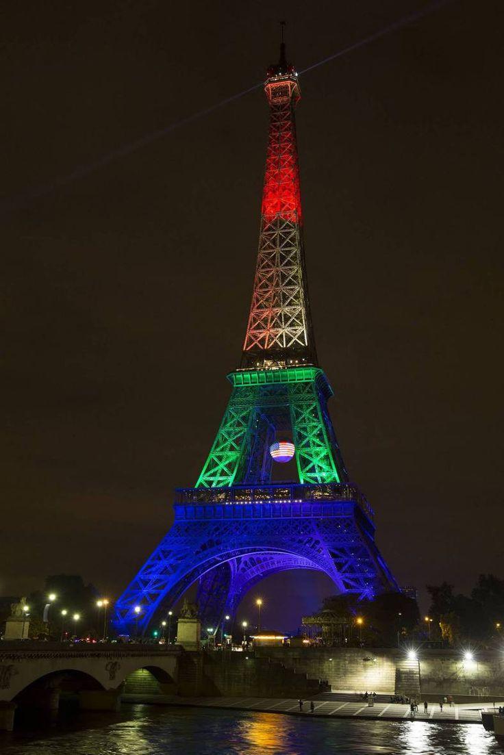 París 14 Jun. 2016.- La Torre Eiffel de París lució anoche una iluminación especial con los colores de la bandera arco iris de la comunidad de gays y lesbianas en homenaje a la víctimas del ataque perpetrado en Orlando Estados Unidos.  @Candidman   #Fotos Candidman Estados Unidos Foto del día Francia Homenaje Orlando Paris Terrorismo Torre Eiffel @candidman