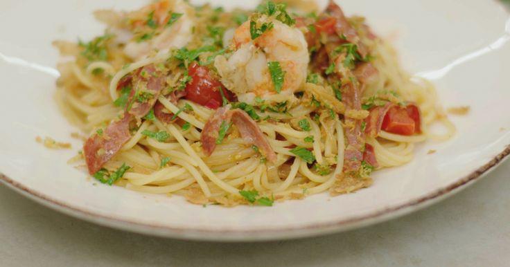 Jeroen houdt van pasta met pit. De chilipeper is verantwoordelijk voor de hete smaak, dus je bepaalt zelf hoe vurig je het gerecht wilt maken. Los van deze hete vriend is het gerecht een smaakbom voor alle pastafans die van een portie nonchalante spaghetti met gebakken scampi, kruidige salami en frisse gremolata houden. Niet nadenken, gewoon doen. En vooral genieten!extra materiaal:keukenpapier