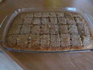 Zoete Syrische cake dat heerlijk smaakt bij een kopje thee. Ik haal 32 blokjes uit dit recept. Je kan de cake op kamertemperatuur een dag of twee bewaren....