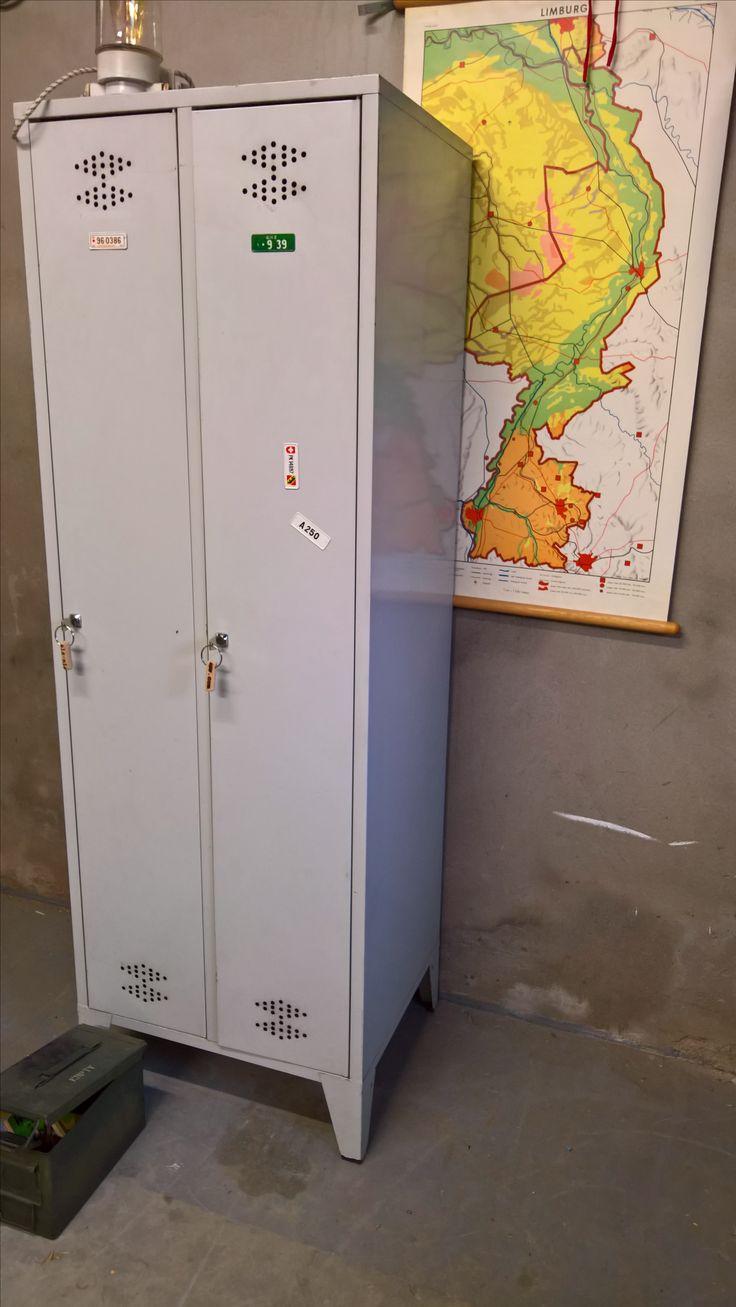 There is a dressing table mirror and lockers and drawersgalore - Stoere 2 Deurs Locker Industrial Stoerwonen Locker Kast Www