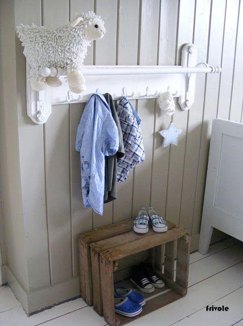Leuke haken en kist! handdoekrek?