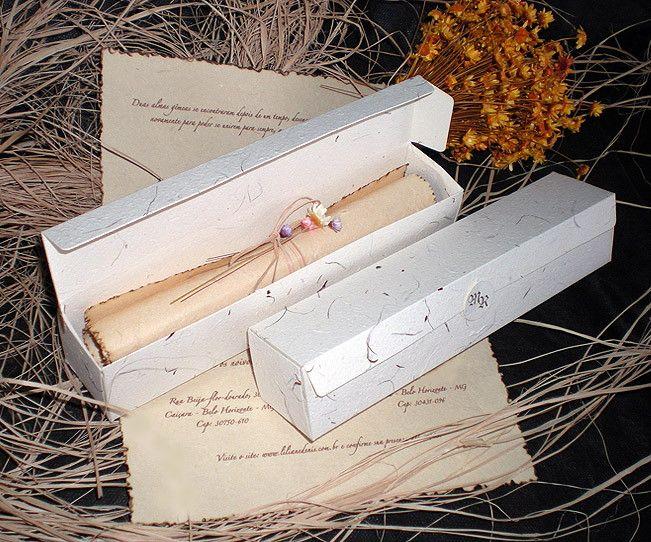 Confeccionado em papel artesanal decorado palhas naturais ou qualquer de nossa linha do album. <br>Formato 20 x 4 x 4 cm - Com caixa e selo para fechamento com iniciais. Fornecido com caligrafia, convites individuais e convites especiais para padrinhos. <br>Diversas opções para fechamento de seu convite.