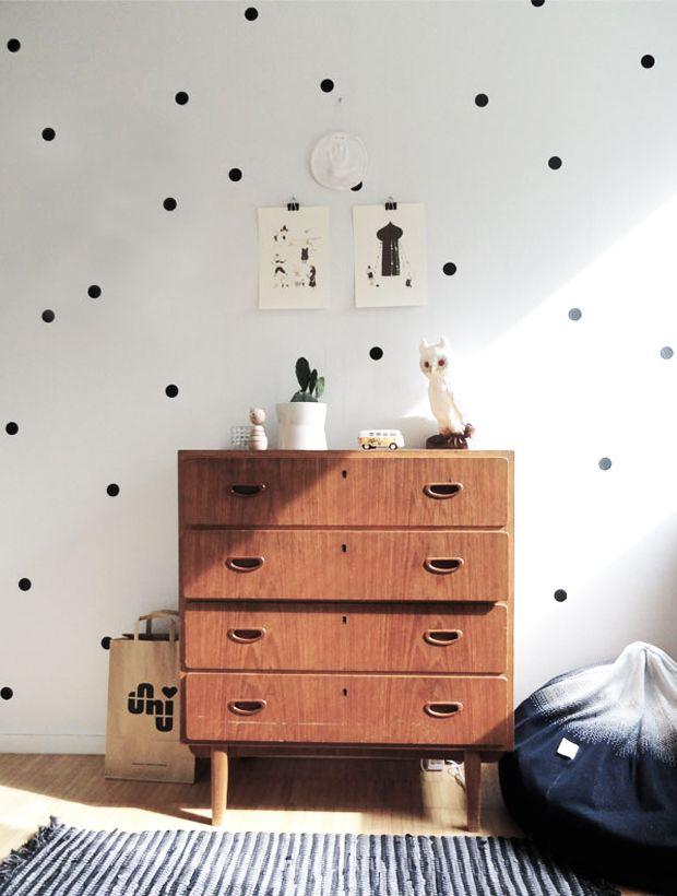 A ideia não é usar um papel de parede de bolinhas e sim aplicar bolinhas isoladamente em uma parede do ambiente. Para ficar mais legal: distribua as bolas em intervalos não uniformes. Materiais Ouse ! Você pode recortar bolas de retalhos de tecidos bacanas ou tecido adesivo, feltro colorido e…