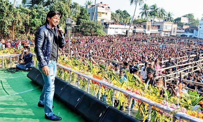 Basirhat #CollegeStudentUnion on Monday welcomed the young singer #Shaan. He said that he did not actually know that #Basirhat people love him this much.