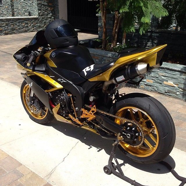 @yungtk So Siiick! Yamaha R1 black & Gold Go check out his page for more…