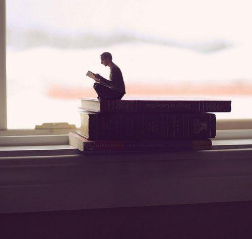 Empequeñecido por la lectura.