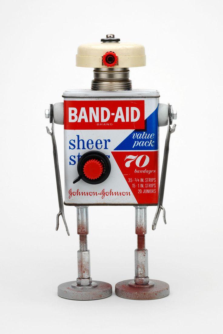 Robots retro fabricados a mano...  http://pitarquerobots.tumblr.com