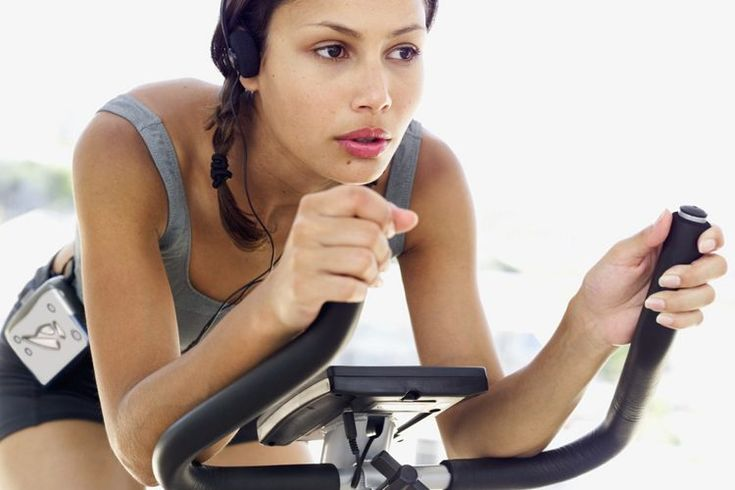 Beneficios de las clases de ciclismo interior. Quemar calorías y conseguir un buen entrenamiento cardiovascular no tiene por qué ser aburrido. El ciclismo es una excelente manera de hacer las dos cosas, pero no siempre es conveniente para las personas. El clima, la luz del día o la falta de equipo ...
