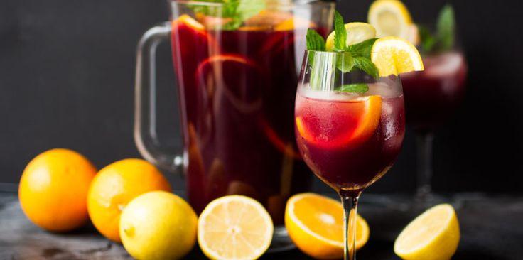 Nos, sokunknak a sangriáról az alkoholos változata jut eszünkbe, és nemhiába hiszen isteni finom, persze ha jól van elkészítve. Ehhez lejjebb találsz receptet. De valljuk be, legyen bármilyen rendezvény, az alkoholmentes italok tekintetében nagy kreativitás nem szokott előfordulni. Azonban, ha szeretnél kedveskedni azoknak a vendégeidnek is, akik vezetnek, vagy nem fogyasztanak egyáltalán alkoholt, akkor ez