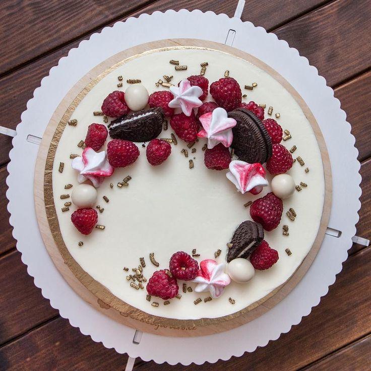Trochu jiný pohled na včerejší #dortik! Dort je lehký a moc dobrý.  Přeju vám hezký zbytek dne.  #dort #cake #biskvit #krem #sladkosti #narozeniny #happybirthday #dortpoděbrady #malina #instafood #instasweet #dortprodĕti #pečení #cukroví #sweetcakes #yummy #czech #czechrepublic #poděbrady #praha #nymburk #kolin #Pardubice #VelkýOsek #Pečky #Cidlina #Milovice