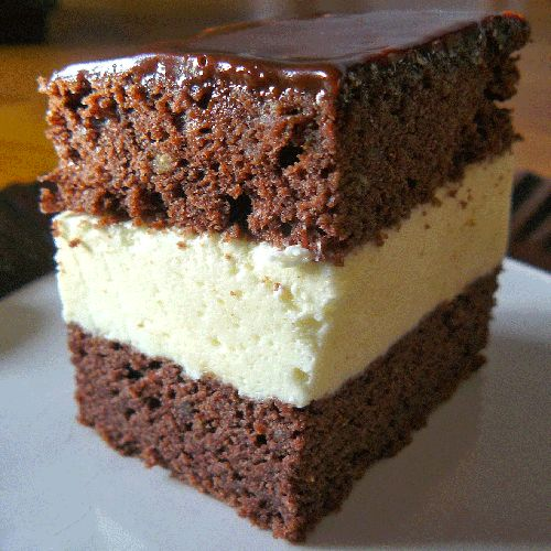 Prajitura cu blat de cacao crema de frisca si glazura de ciocolata