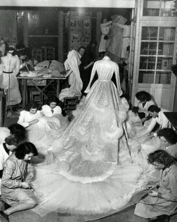 Le sarte nell'Atelier Christian Dior lavorano all'abito di Soraya