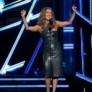 """Celine Dion somou US$ 27 milhões a sua fortuna apenas no último ano. Mesmo com duas mortes que a abalaram muito em 2016 (Celine perdeu o marido e o irmão quase simultaneamente), a dona do hit """"My Heart Will Go On"""" segue com uma lucrativa residência em Las Vegas. Há quase seis anos ela se apresenta por lá com ingressos de até US$ 500."""