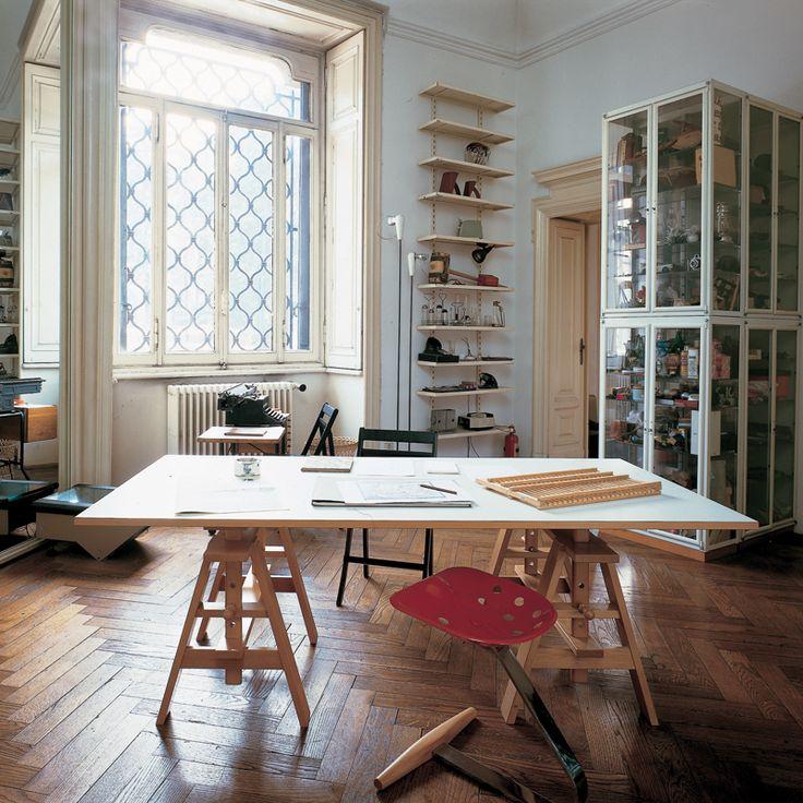 Dessinée en 1940 par Achille #Castiglioni, la table de #travail Leonardo s'inspire des tréteaux et chevalets de peintre. #zanotta #bureau #archi #silveraeshop #silvera #inspiration