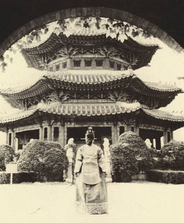 Seoul, Korea, 1956 Photographer Unidentified 원구단 황궁우로 들어가는 대한제국의 마지막 황태자 의친왕 딸 이혜경 #Asian #princess