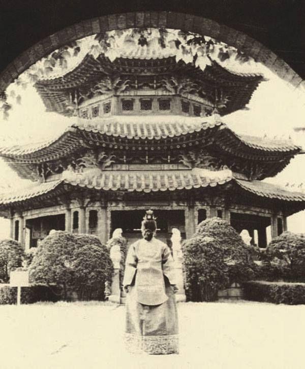 Seoul, Korea, 1956  Photographer Unidentified  원구단 황궁우로 들어가는 대한제국의 마지막 황태자 의친왕 딸 이혜경