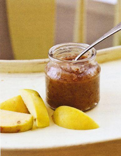 """Compote épicée de pommes, de poires et de raisins secs - 8 mois et plus """"Voici une version légèrement épicée d'une recette classique, que petits et grands apprécieront. J'aime beaucoup ce mélange de saveurs…"""" Anni Daulter"""
