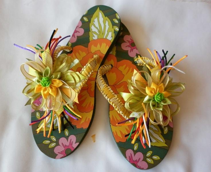 Sandalias decoradas con cintas y flores. Más