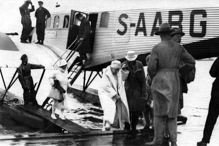 Annie Besant arrives to Helsinki.